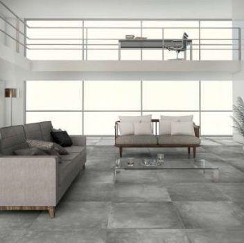 Szaro-biały salon z dużą ilością regałów na książki, dwoma szarymi kanapami oraz domowym gabinetem na piętrze