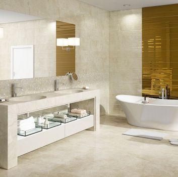 Beżowo-złota łazienka z wanną wolnostojącą, dwoma umywalkami wbudowanymi w blat oraz dużym lustrem