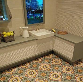 Beżowa kuchnia z białymi meblami, multikolorowym obrazem oraz oknem