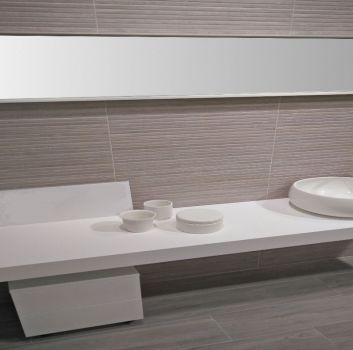 Beżowa łazienka z białym blatem i umywalką nablatową oraz lustrem na całej długości blatu