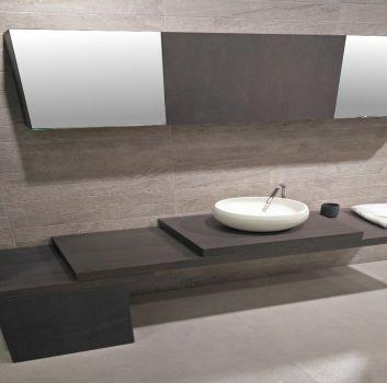 Beżowo-brązowa łazienka z dwoma lustrami oraz brązową półką pomiędzy nimi oraz dużym, brązowym blatem a na nim umywalką nablatową