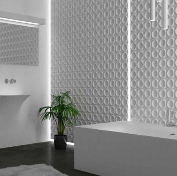 Biała łazienka z wanną wolnostojącą, dwoma umywalkami oraz lustrem z podświetleniem