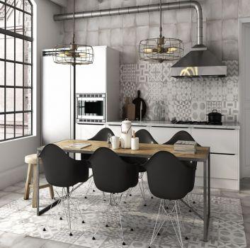 Szara kuchnia z białymi meblami, drewnianym stołem z czarnymi krzesłami i dwoma oknami