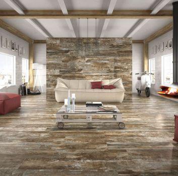 Biały salon z beżową kanapą, stolikiem zrobionym z europalety oraz nowoczesnym kominkiem