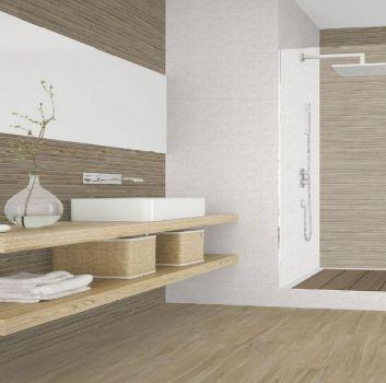 Beżowo-biała łazienka z dużym prysznicem oraz drewnianymi dwoma blatami z umywalką nablatową oraz dużym lustrem przez całość blatu