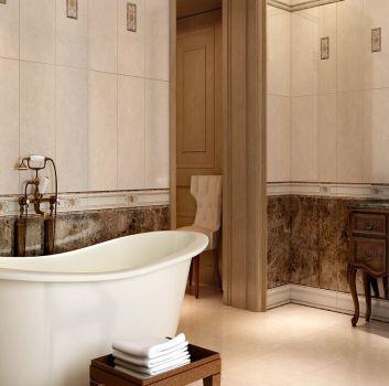 Beżowo-brązowa łazienka z wanną wolnostojącą, drewnianą toaletką z umywalką nablatową oraz drewnianym lustrem