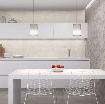 Szara kuchnia z białymi meblami, białym stołem oraz oryginalnymi krzesłami