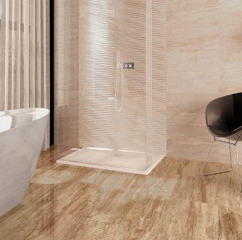 Brązowo-beżowa łazienka z wanną wolnostojącą, prostokątnym prysznicem oraz skórzanym, czarnym fotelem