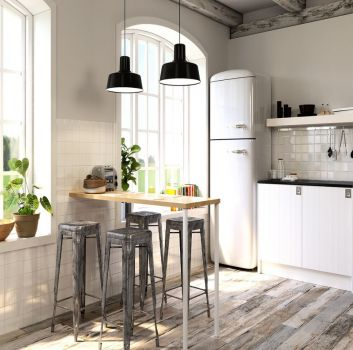 Biała kuchnia z białymi meblami, drewnianym blatem z czterema szarymi hokerami i dwoma dużymi oknami