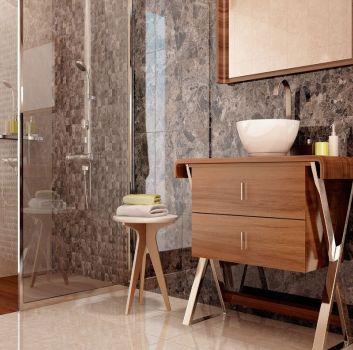 Brązowa łazienka z dużym prysznicem, drewnianą półką na której stoi umywalka nablatowa a nad nią wisi drewniane lustro