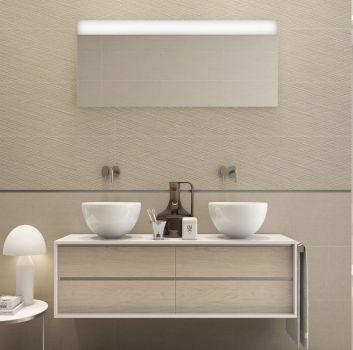 Beżowa łazienka z drewnianymi półkami, dwoma umywalkami nablatowymi oraz prostokątnym lustrem