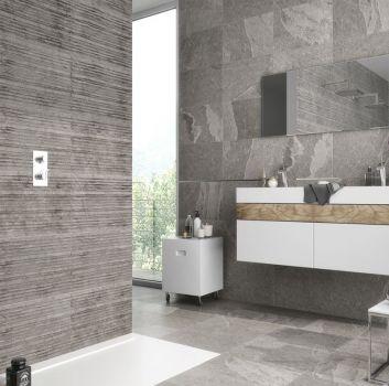 Szara łazienka z otwartym prysznicem, dwiema białymi półkami oraz wbudowaną umywalką