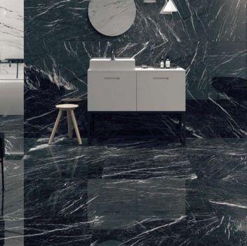 Biało-czarna łazienka z wanną wolnostojącą za ścianą, białą szafką z umywalką nablatową oraz grafitowymi siedziskami