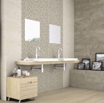 Beżowa łazienka z drewnianym blatem i dwoma nablatowymi umywalkami oraz dwoma kwadratowymi lustrami