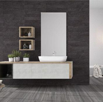 Grafitowa łazienka z dużą, drewnianą półką a na niej umywalka nablatowa oraz rośliny a nad nią duże lustro