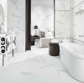 Biało-czarna łazienka z wanną wolnostojącą, biało-czarną szafkę i otwartym przejściem do sypialni