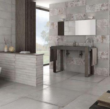 Szara łazienka z prysznicem, drewnianym blatem z dwoma umywalkami i wanną wolnostojącą