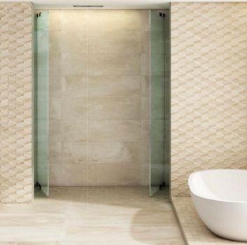 Beżowa łazienka z wanną wolnostojącą przy oknie, prysznicem schowanym za ścianą oraz kwadratową umywalką z wbudowaną na dole szafką