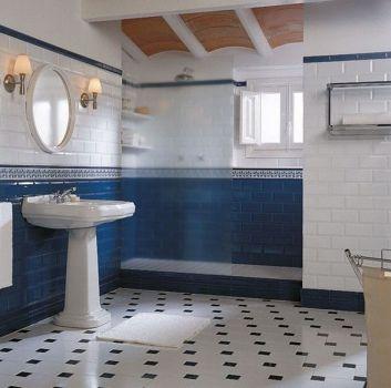 Biało-niebieska łazienka z prysznicem, umywalką wolnostojącą oraz małym okienkiem
