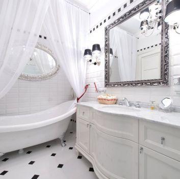 Biało-czarna łazienka z wanną wolnostojącą na nóżkach, białą szafką z wbudowaną umywalką i dekoracyjnymi lustrami