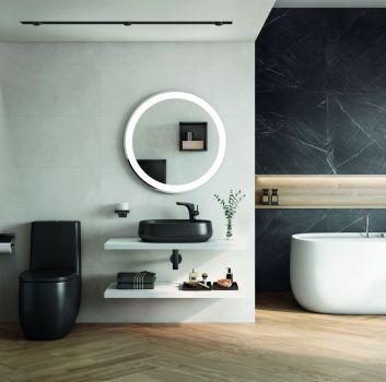 Szara łazienka z wanną wolnostojącą, czarną toaletą oraz białym blatem z umywalką nablatową