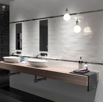 Biało-czarna łazienka z drewnianym blatem i dwoma umywalkami nablatowymi oraz dwoma pojedynczymi lustrami