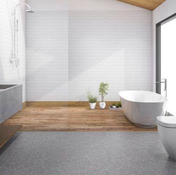 Biało-szara łazienka z wanną wolnostojącą przy oknie, prysznicem oraz toaletą