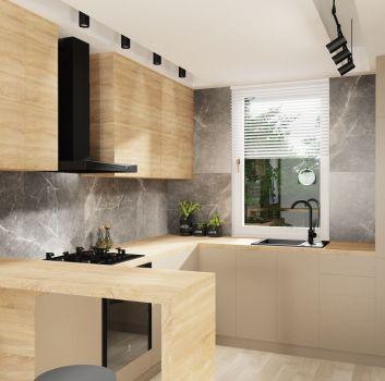 Szara kuchnia z drewnianymi meblami, drewnianą wyspą z czarnymi hokerami oraz oknem