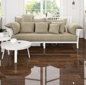 Biały salon z białą ławeczką z beżowymi poduchami, białym krzesłem oraz dwoma białymi stoliczkami