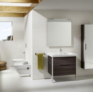 Biała łazienka z dwoma toaletami, brązową półką z wbudowaną umywalką oraz półką w kształcie słupka