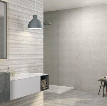 Szara łazienka z wanną wolnostojącą, prysznicem oraz szarą umywalką
