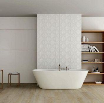 Biała łazienka z wanną wolnostojącą na środku, drewnianym regałem po prawej stronie oraz drewnianą toaletką a na niej nablatową umywalką po lewej stronie