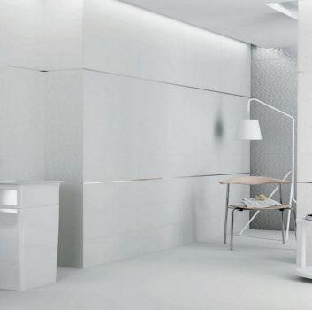 Biała łazienka z lustrzanym paskiem z płytek w dwóch miejscach, białą wolnostojącą oraz dużym wolnostojącym lustrem