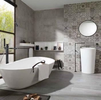 Szara łazienka z wanną wolnostojącą, umywalką wolnostojącą oraz dużym oknem