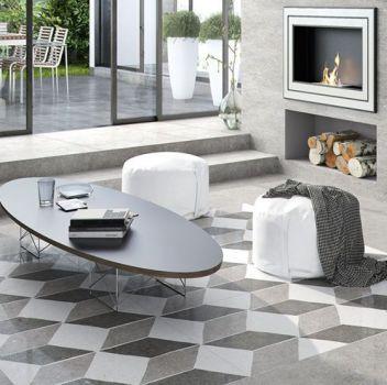 Szaro-biały salon z grafitowym narożnikiem, owalnym stolikiem z dwoma białymi pufami i kominkiem