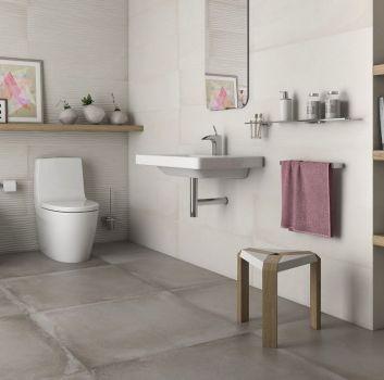 Beżowo-szara łazienka z toaletą, umywalką oraz drewnianymi półkami