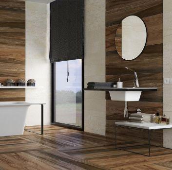 Beżowo-brązowa łazienka z wanną wolnostojącą, drewnianym blatem z wbudowaną umywalką oraz prostokątnym oknem
