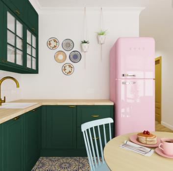 Biała kuchnia z różową lodówką, zielonymi meblami i drewnianym stołem z niebieskimi krzesłami