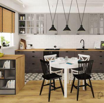 Biała kuchnia z szarymi meblami, białym stołem z biało-czarnymi krzesłami oraz oknem z drewnianą roletą