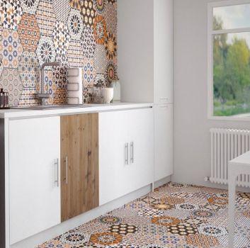 Biała kuchnia z białymi meblami, białym stołem z drewnianymi krzesłami oraz oknem