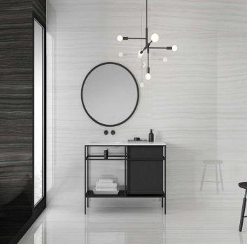 Brązowo-biała łazienka z wanną wolnostojącą, szafką z wbudowaną umywalką oraz okrągłym lustrem