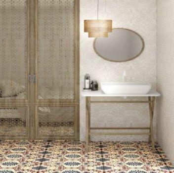 Brązowo-biała łazienka z drewnianym stolikiem z umywalką nablatową, okrąłym lustrem i wnęką, w której są drewniane blaty pełniące funkcję półek