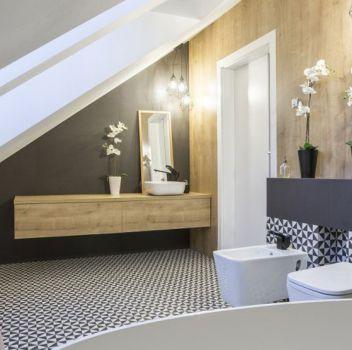 Biało-czarna łazienka z wanną wolnostojącą, toaletą oraz drewnianą półką z umywalką nablatową