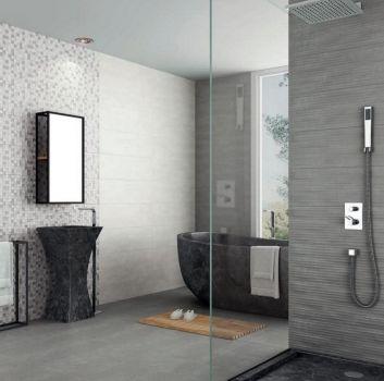 Szaro-biała łazienka z dużym prysznicem, czarną wanną wolnostojącą oraz czarną umywalką wolnostojącą w kształcie tuby