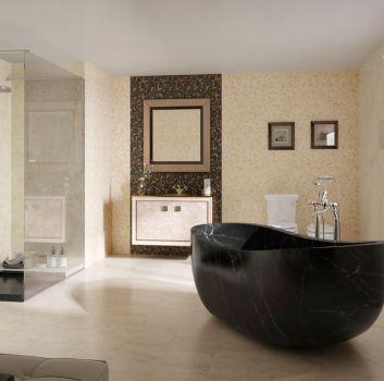 Beżowo-brązowa łazienka z marmurową wanną wolnostojącą, dużym prysznicem oraz dwoma toaletami