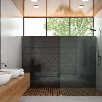 Szaro-czarna łazienka z prysznicem, toaletą oraz drewnianym blatem z dwoma umywalkami nablatowymi