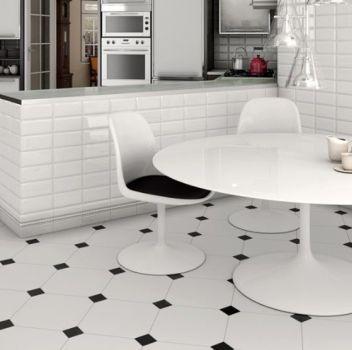 Biało-czarna kuchnia z grafitowymi meblami, białą wyspą oraz białym stołem z biało-czarnymi krzesłami