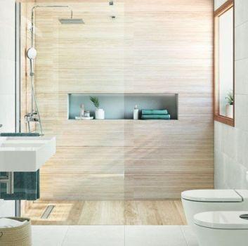 Szara łazienka z dużym prysznicem, toaletą oraz umywalką