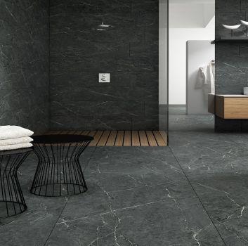 Grafitowa łazienka z otwartym prysznicem, drewnianą półką z umywalką nablatową i otwartym przejściem do kolejnego pokoju