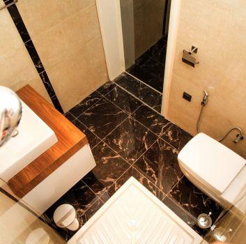 łazienka czarnymi i białymi płytkami